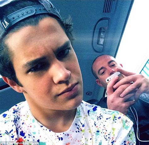 Austin Mahone pulls a Justin Bieber by flashing his toned